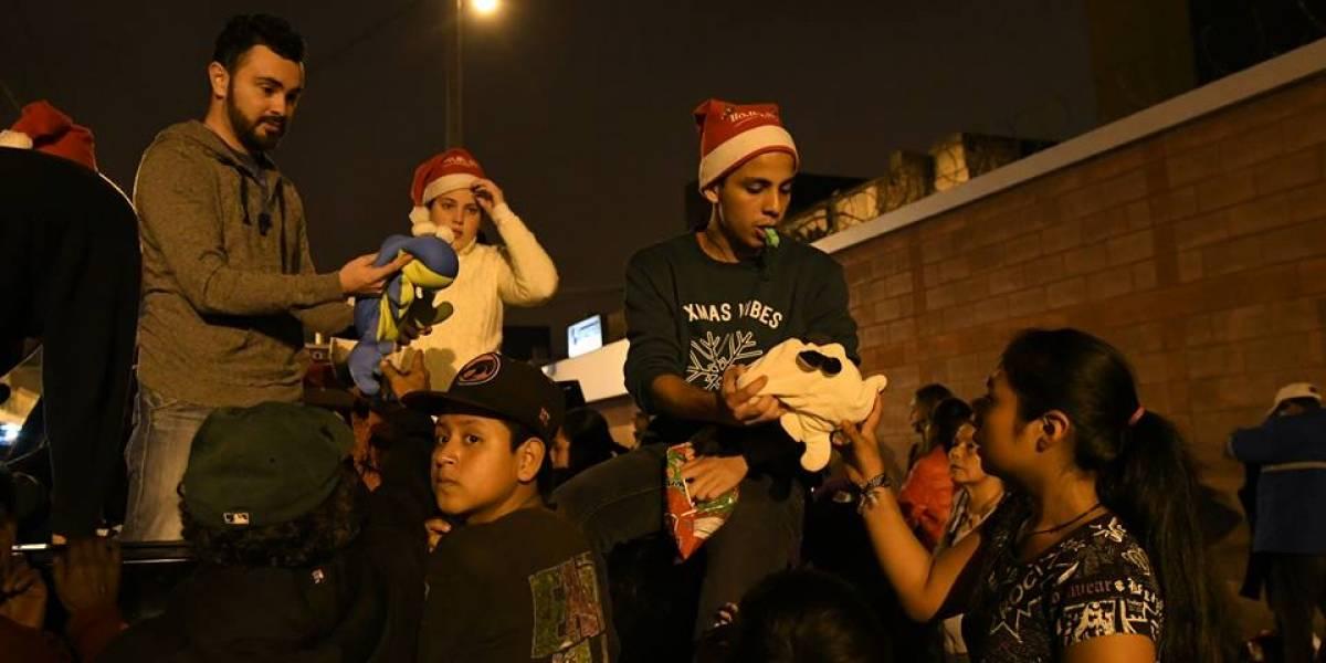 Jóvenes voluntarios entregan ropa y comida a personas de la calle