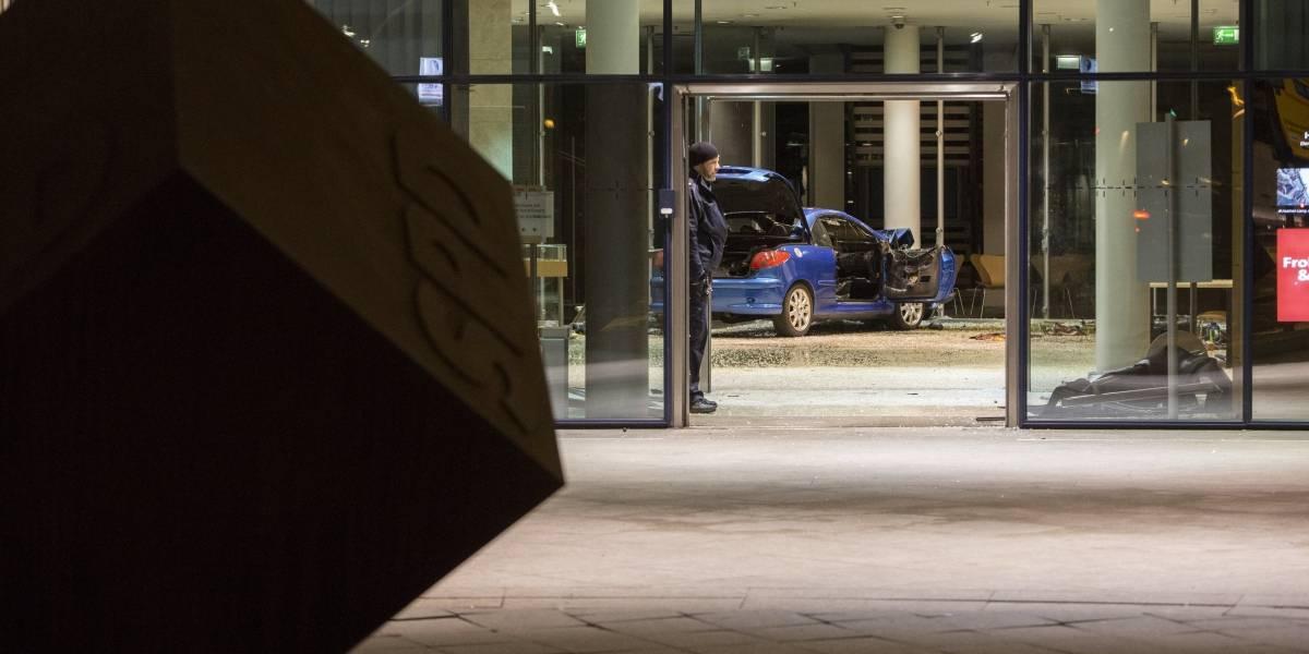 Hombre estrella su automóvil contra sede del Partido Socialdemócrata Alemán