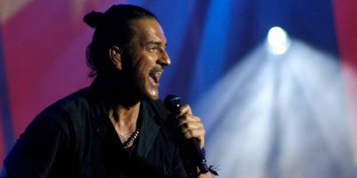 Al estilo de sus canciones, Ricardo Arjona envía un mensaje navideño