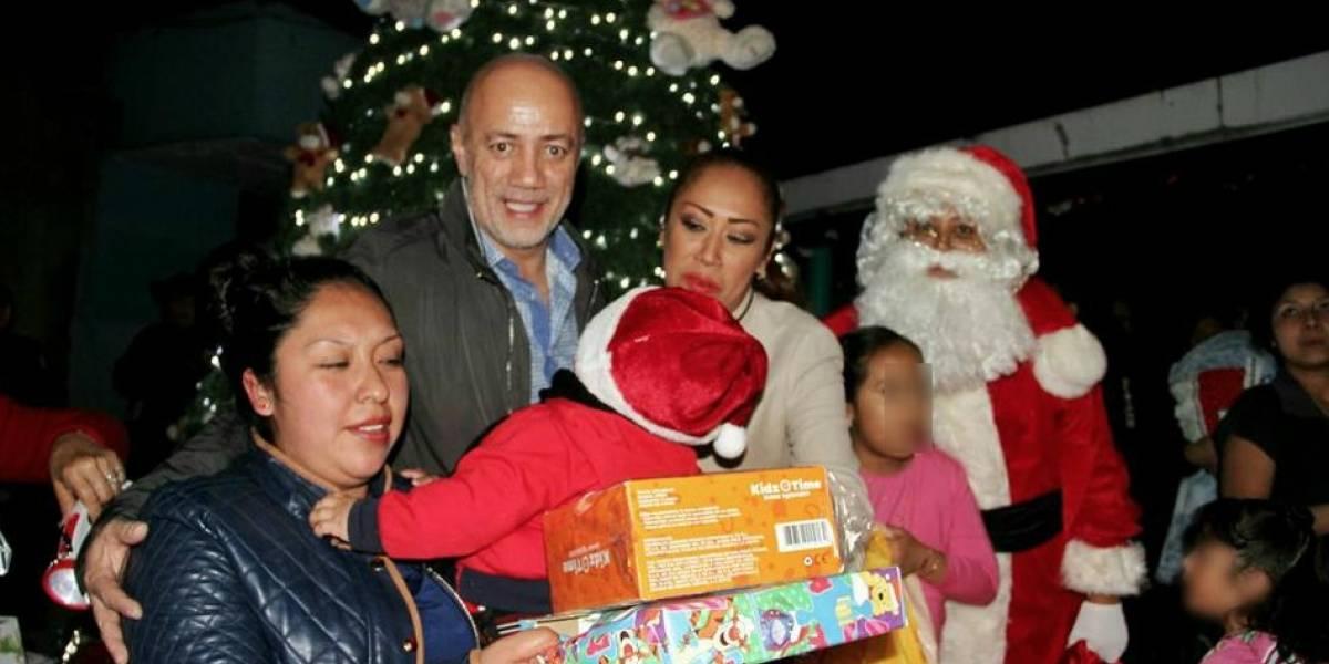 Santa tras las rejas...lleva alegría a niños de Santa Martha