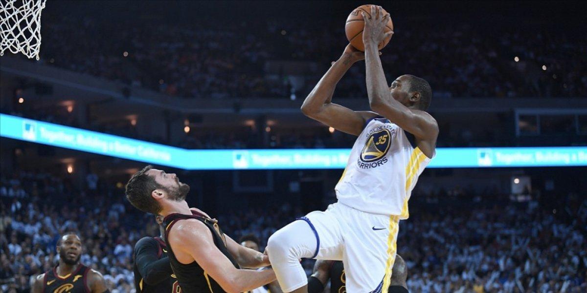 VIDEO. Kevin Durant le gana el duelo a LeBron James en juego en Navidad