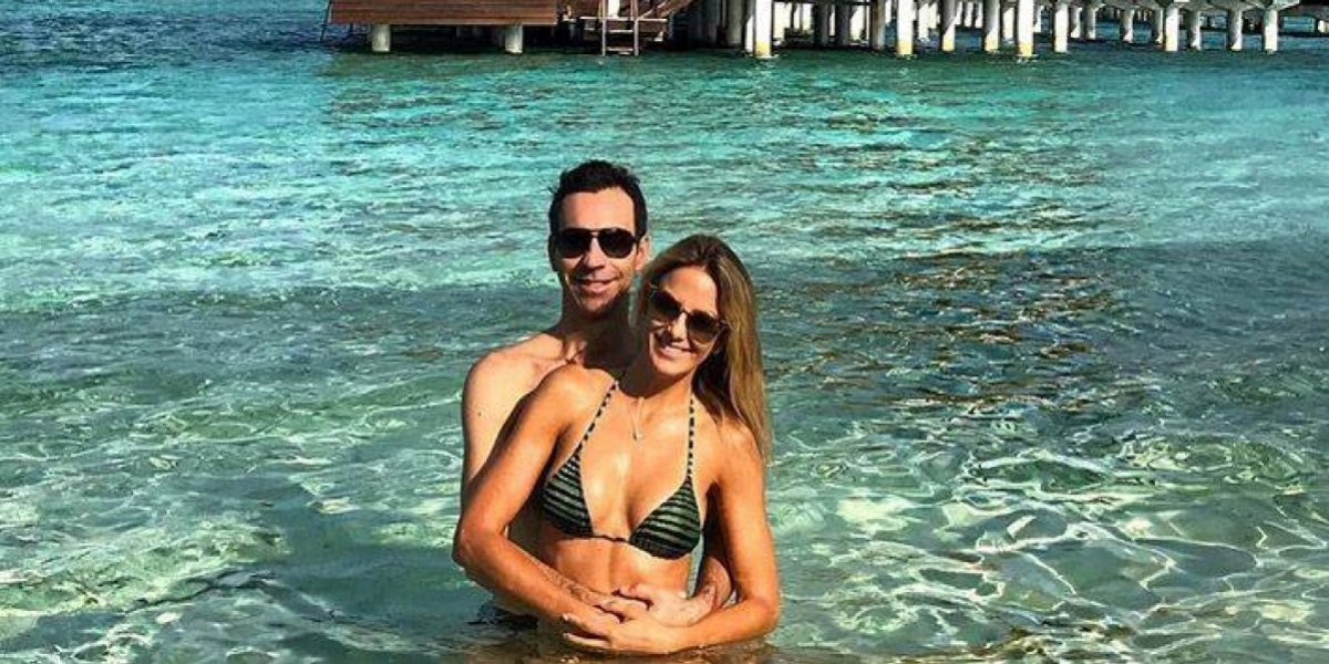 Ticiane Pinheiro exibe curvas em férias na Bahia