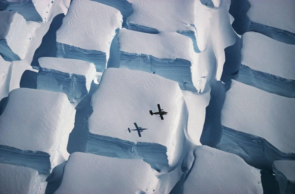 Ganhador final, por Peter Convey. Esta foto ganhadora também foi a primeira escolha dos juízes na categoria de Ciências da Terra e Climatologia. Peter Convey capturou uma capa de gelo da Antártida estirada em direções opostas com um avião Twin Otter sobrevoando a cena. Peter Convey/Royal Society Publishing Photography Competition