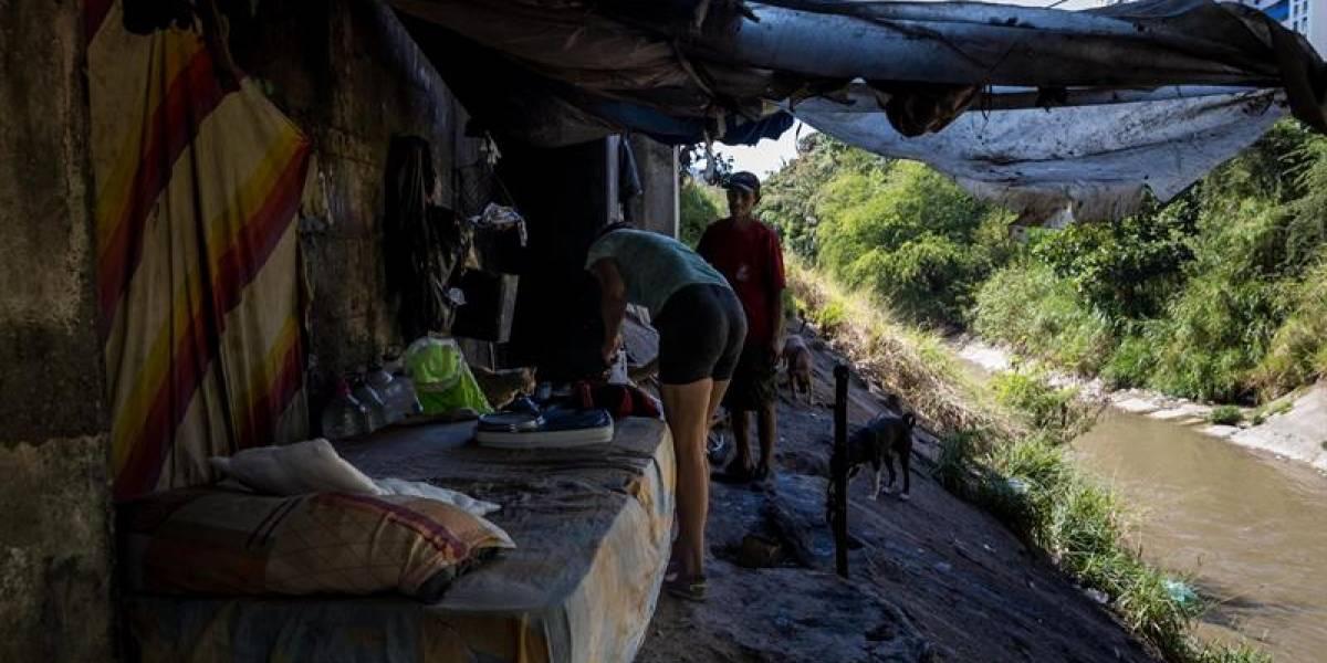 Los puentes de Caracas se convierten en el techo de nuevos y viejos pobres en Venezuela