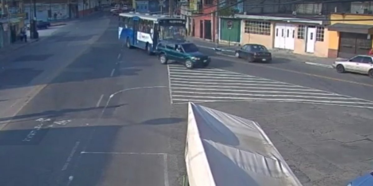 VIDEO. Pelea entre conductores de vehículo y autobús termina en fuerte colisión