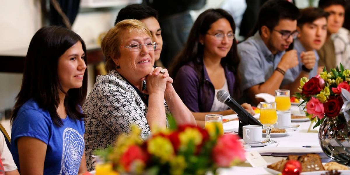 Presidenta desayunó con puntajes nacionales de la PSU que registraron una baja respecto a 2016