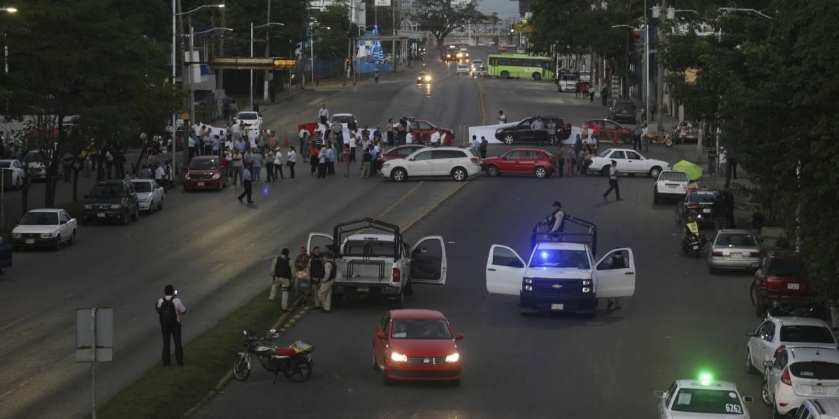 Trabajadores protestan en siete entidades por adeudo de aguinaldo