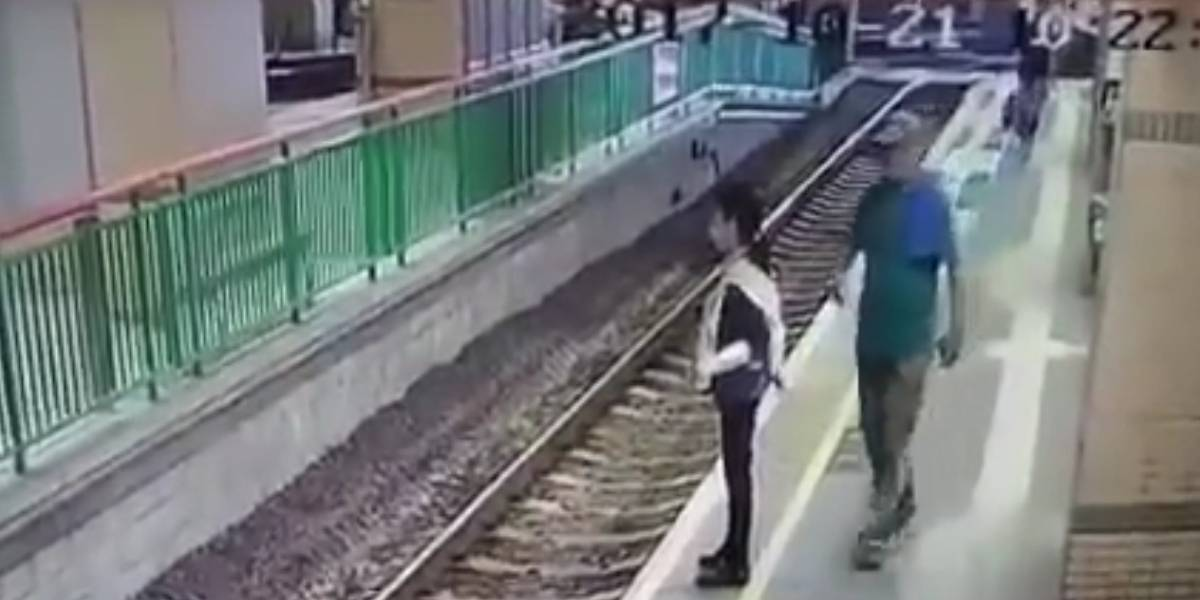 Video: hombre empuja empleada de limpieza a las vías del tren