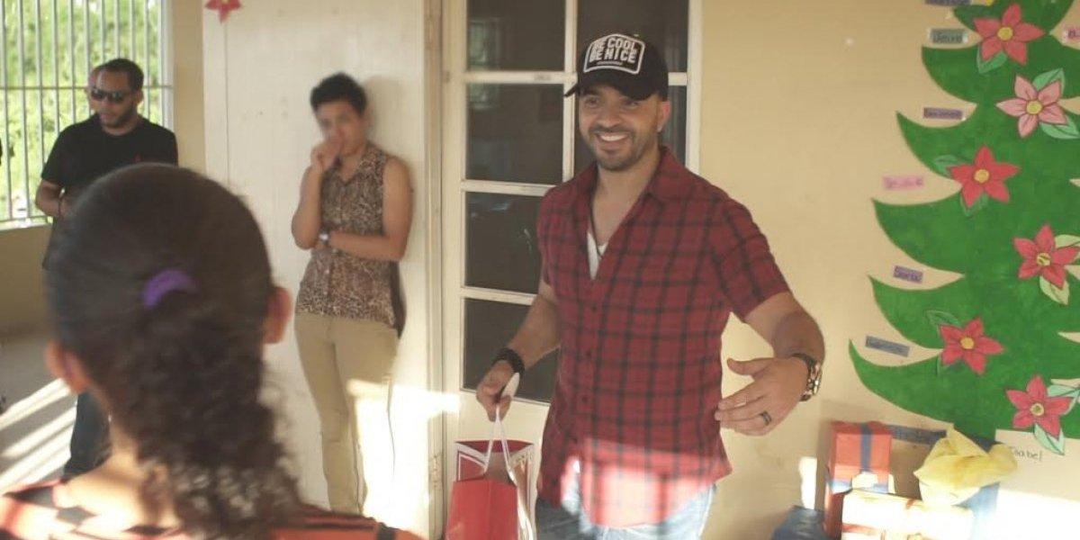 Luis Fonsi reparte juguetes a niños del centro de Puerto Rico