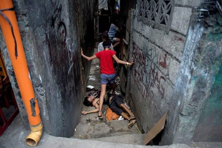 Un niño pasa por encima de un cadáver