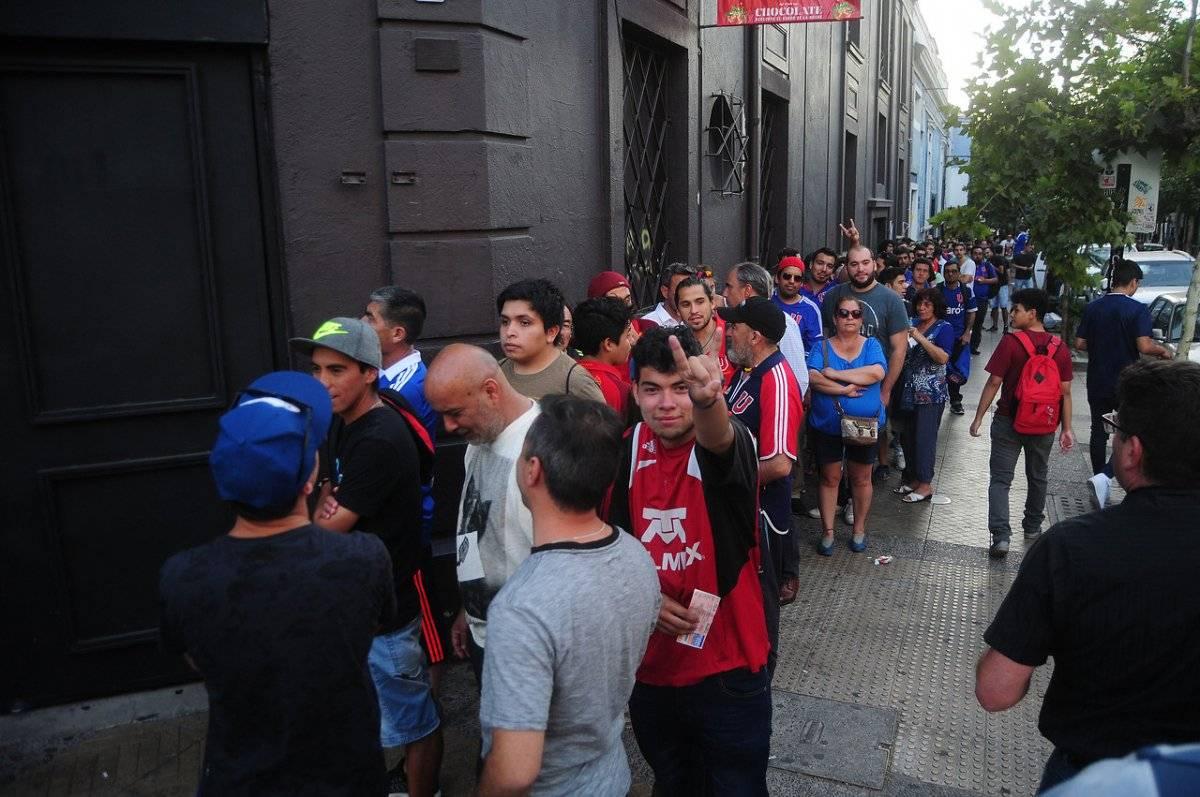 Los hinchas hicieron largas filas para ver a Sampaoli / imagen: Agencia UNO