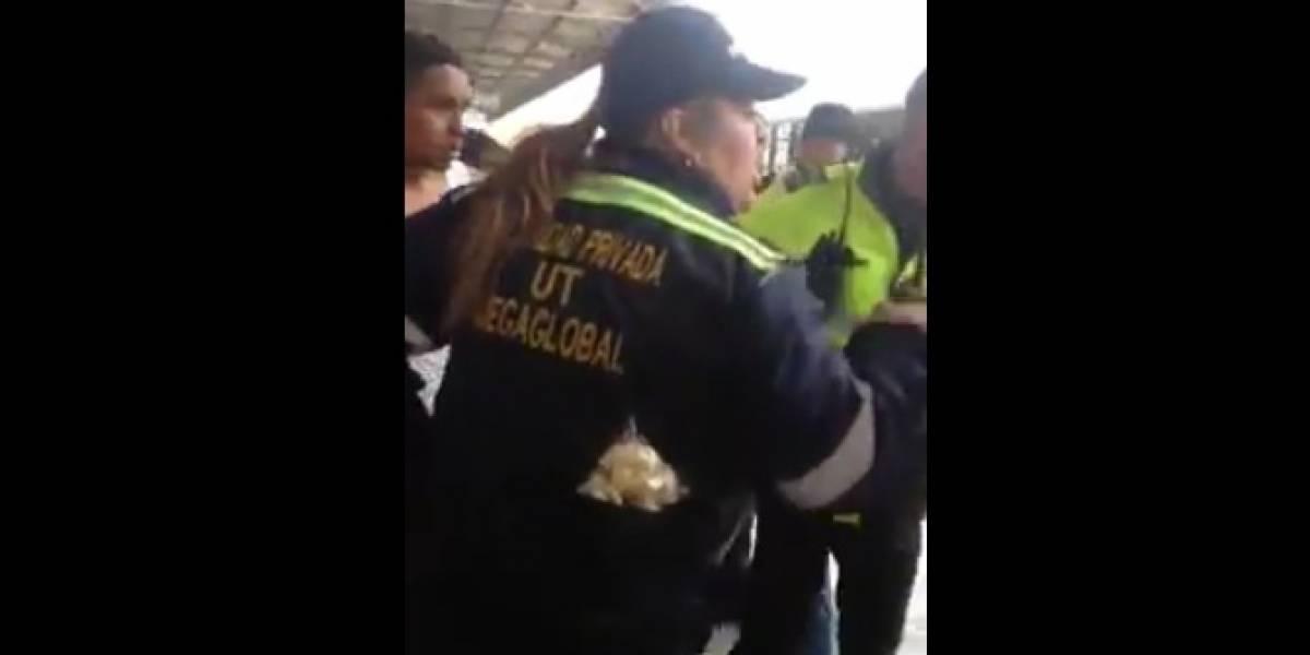 ¡Se cuela en TransMilenio, y para rematar, escupe a vigilante!