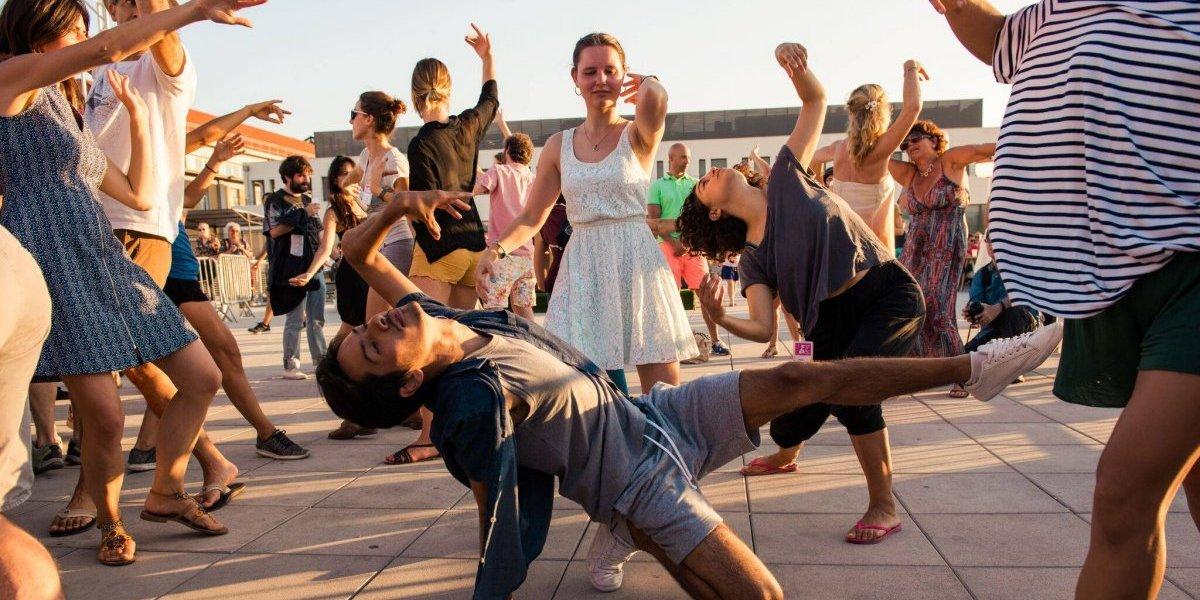 Santiago a Mil: Abren convocatoria para ser parte del cierre de la fiesta del teatro