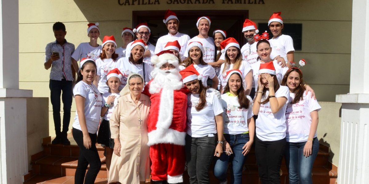 """""""Doctor Santa"""" y sus colaboradores visitaron los infantes del hospital Robert Reid Cabral"""