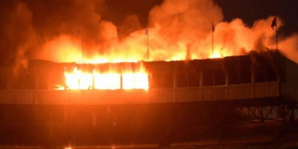 VIDEO: Fuego consume último piso de estadio de beisbol