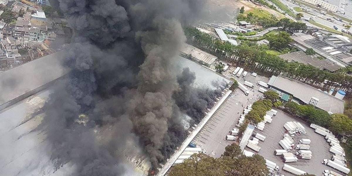 Incêndio atinge depósito de supermercado na Grande São Paulo