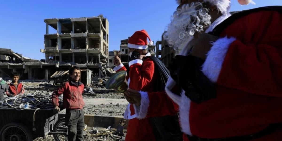 Santa Claus hace escala en la devastada ciudad siria de Raqa