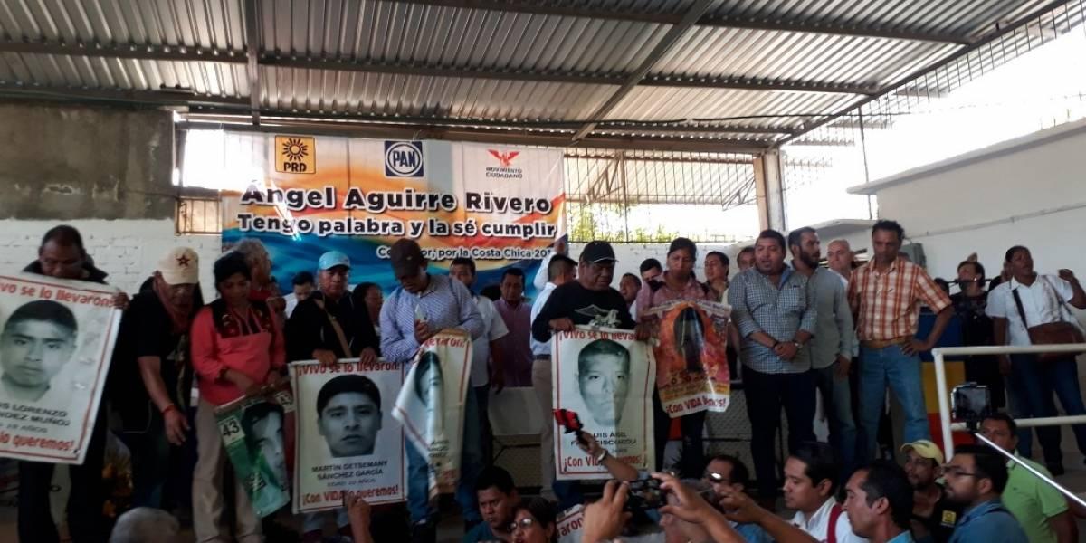 '¡Asesino, asesino!', padres de normalistas revientan mitin de Ángel Aguirre