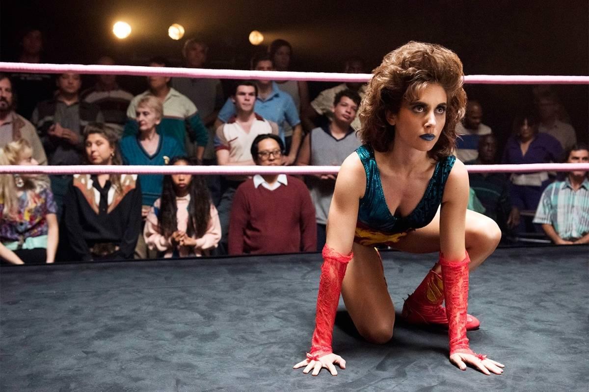 """""""Glow"""" (Netflix). A história tem como foco a jornada de Ruth Wilder (Alison Brie), uma atriz que vê sua chance para o estrelado na encenação em ringues de luta. Para isso, ela precisa conviver com outras lutadoras e encarar o maior desafio de sua vida: derrotar Debbie Eagan (Betty Gilpin) / Divulgação"""