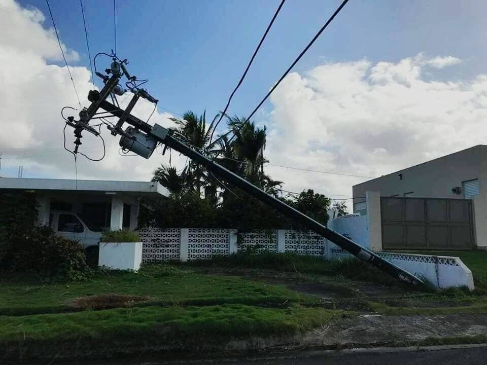 Un poste con un transformador y tendido eléctrico cuelga cercano a una residencia en la urbanización desde el paso del huracán Irma. / Foto: Suministrada