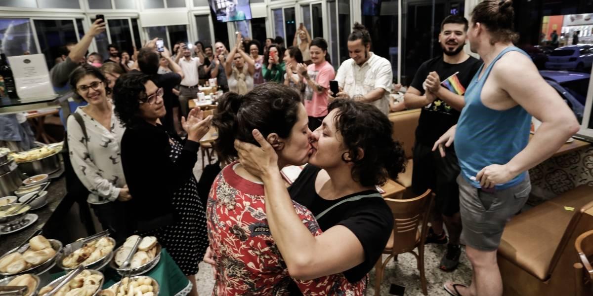 Casais gays promovem beijaço em padaria de São Paulo