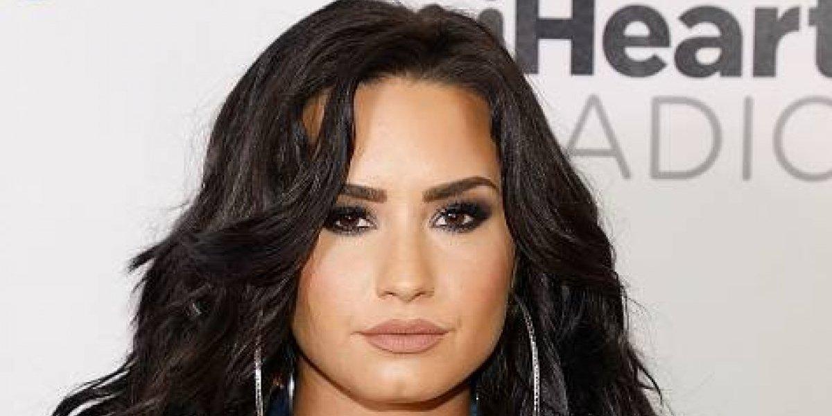 Antes de que termine el año, Demi Lovato volvió a mostrar sus atributos en un atrevido escote