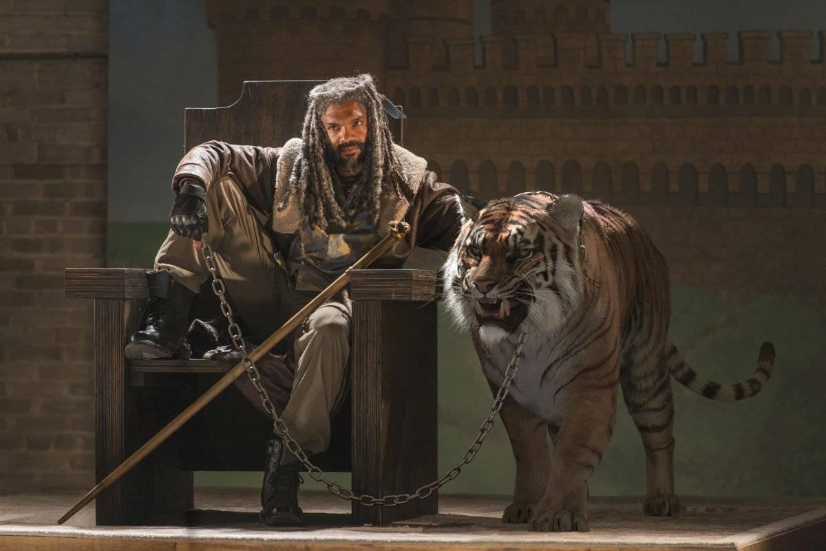 """Shiva (""""The Walking Dead""""). Definitivamente, o Rei Ezekiel (Khary Payton) não teve um bom ano. Além de ter seu reino dizimado pelos Salvadores, ele perdeu sua fiel escudeira Shiva, que foi devorada pelos zumbis para que ele conseguisse sobreviver a um ataque / Divulgação"""