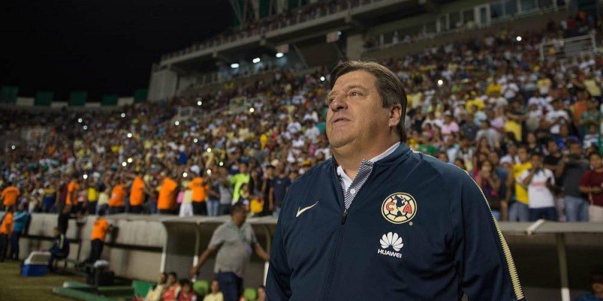 VIDEO: Miguel Herrera encaró a aficionado que lo insultó y arrojó cerveza
