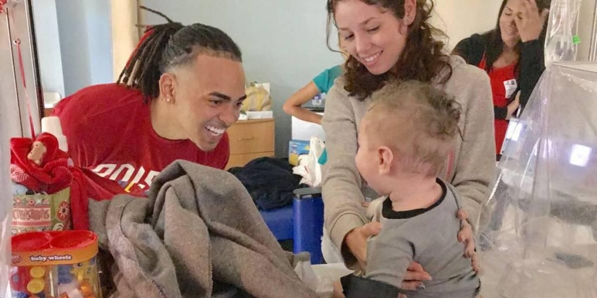 Ozuna lleva regalos y alegría a pacientes del San Jorge Children's Hospital