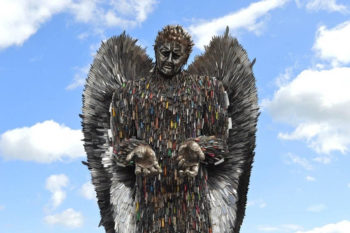 El artista que convierte miles de cuchillos en un ángel gigante. |Alfie Bradley
