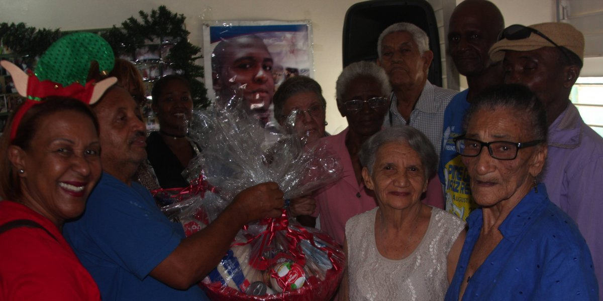 Fundación Amigos de Robert Blaze agasaja adultos mayores de Invivienda