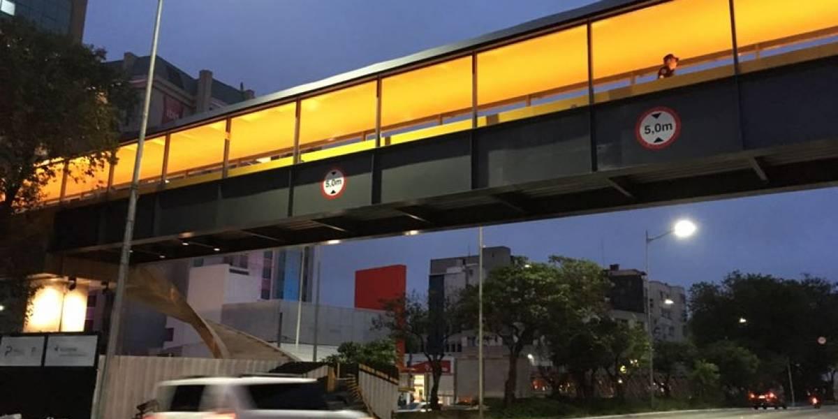 Após reportagem, Prefeitura de SP instala placas de sinalização na nova passarela de Congonhas