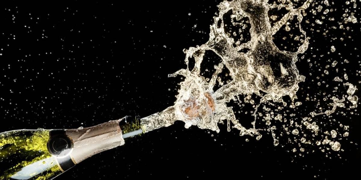 Joven posa con una botella de champán y comete un doloroso error