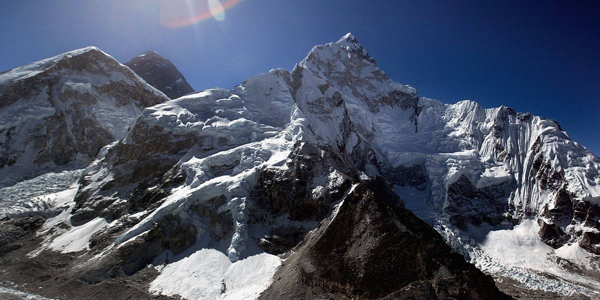 Alpinistas estabelecem novo recorde no Everest