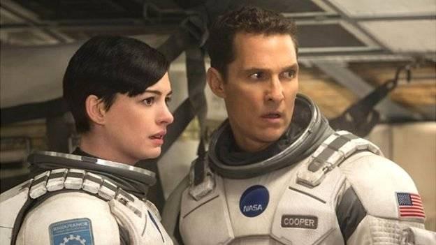 """Matthew McConaughey (der.) es el protagonista de """"Interstellar"""". Aquí junto a Anne Hathaway. (Crédito: promoción de la película) BBC"""