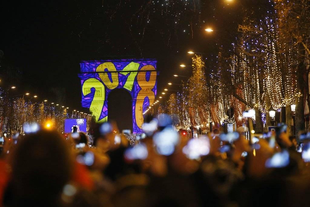 Asistentes al Año Nuevo desde París, Francia Foto: AP