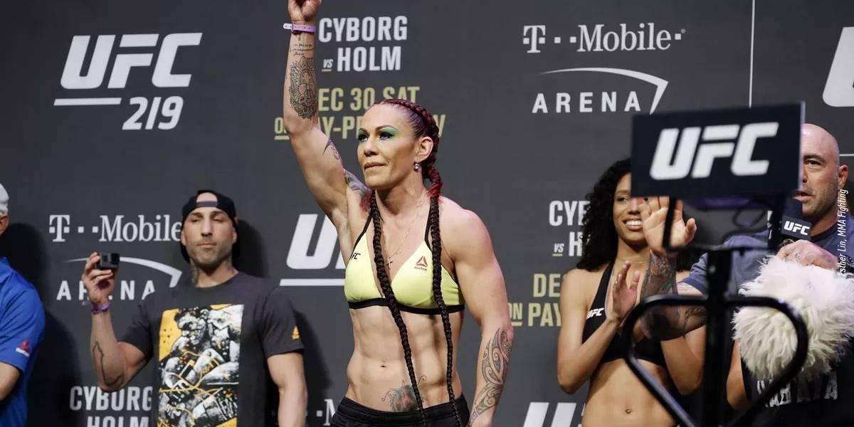 Cyborg derrota Holm e mantém cinturão do peso pena do UFC no Brasil