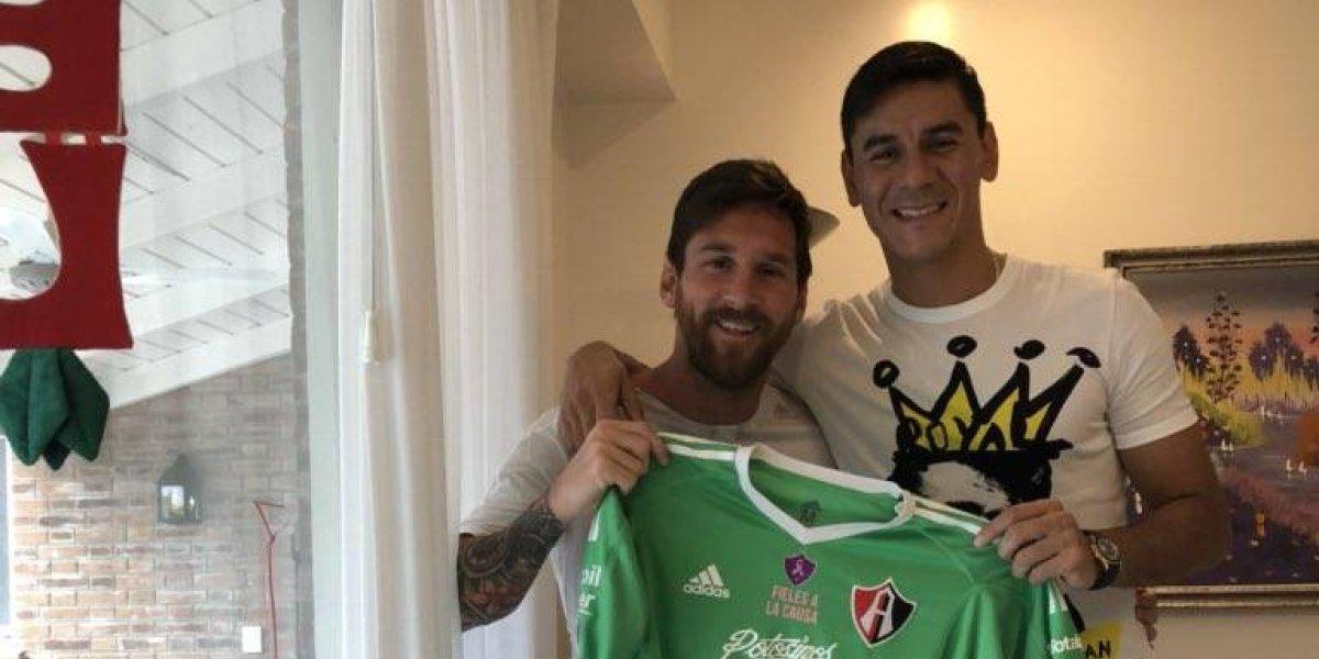Lionel Messi posa con playera del Atlas