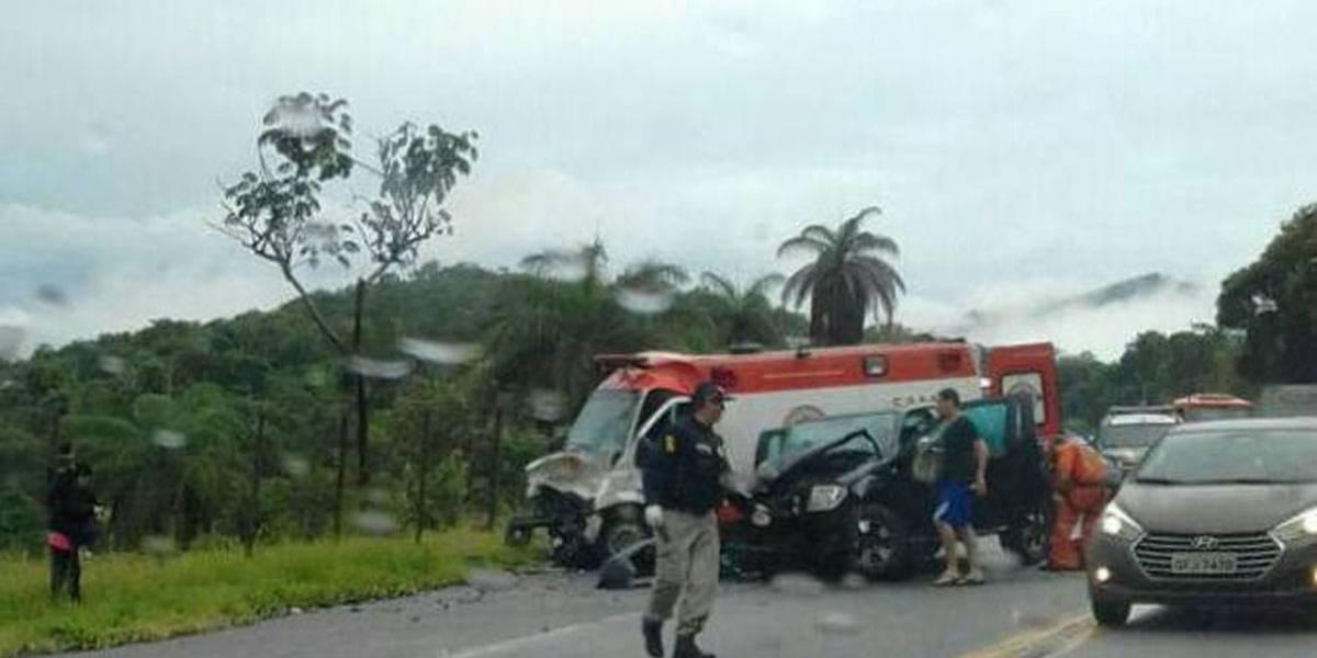 Ambulância atende desastre na BR-381, em Minas, e bate de frente com caminhonete