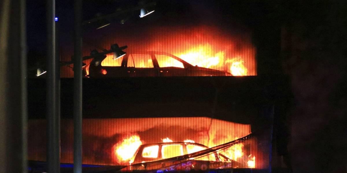 Dantesco incendio en edificio de estacionamientos de Liverpool: más de mil 400 automóviles calcinados