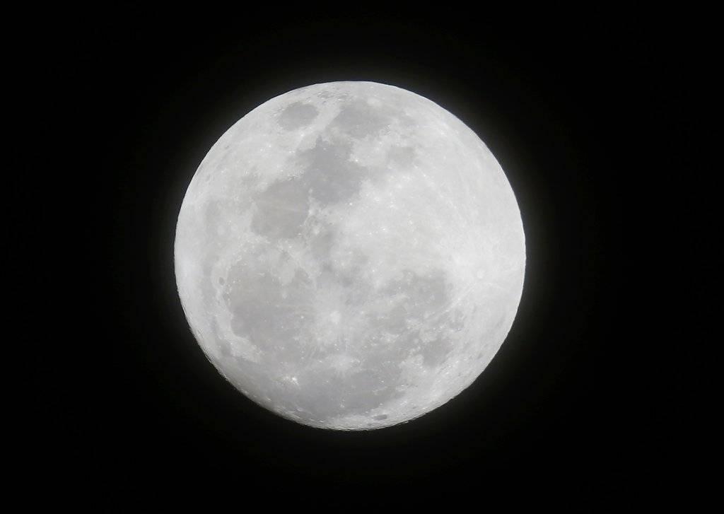 Súper Luna llena en su máximo esplendor Foto: AP