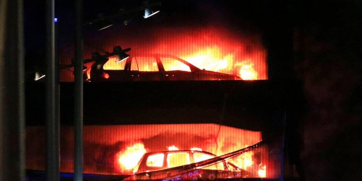 Incendio en estacionamiento consume más de mil autos en Liverpool