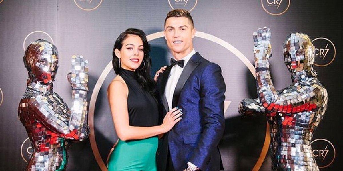 Cristiano Ronaldo celebra el año nuevo rodeado de sus trofeos