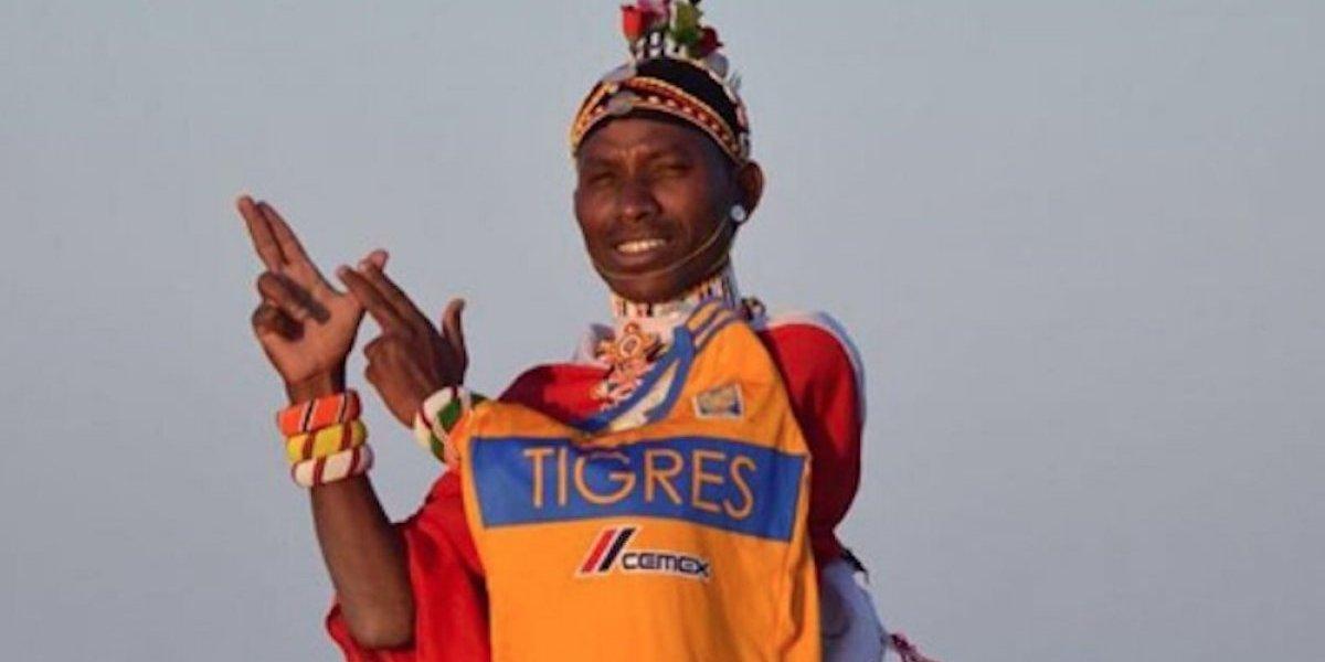Miembro de tribu de Kenia posa con playera de Tigres