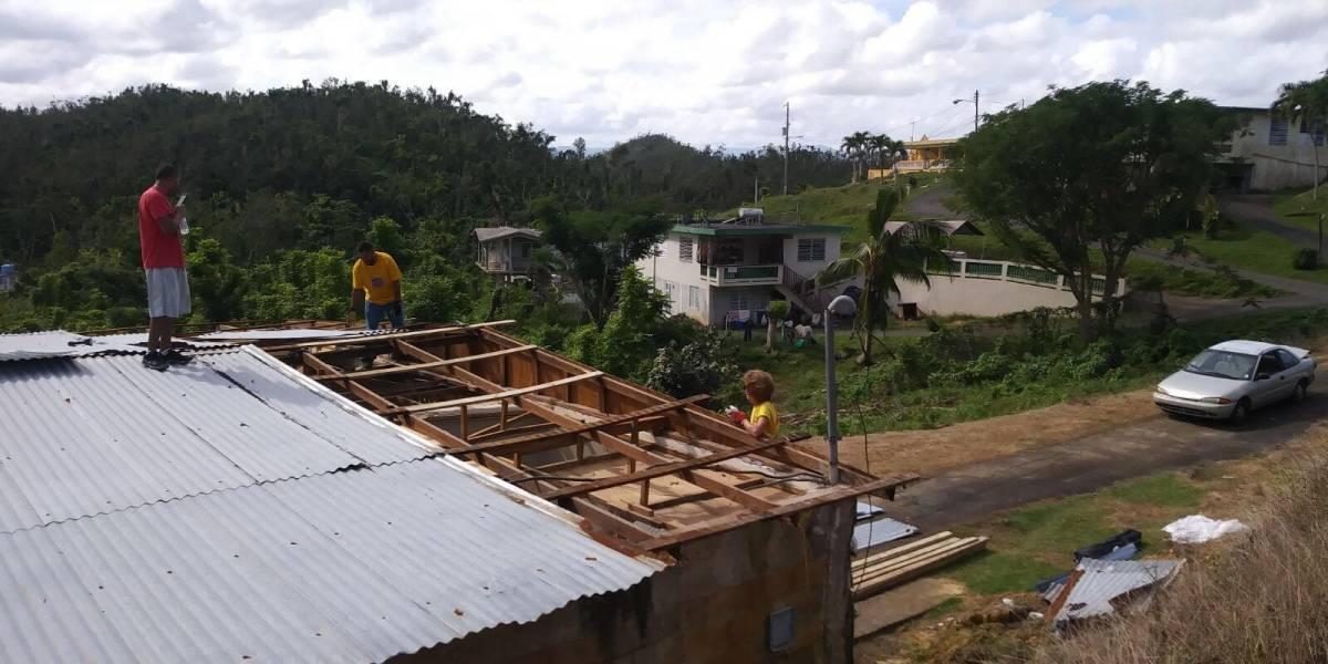 Hasta en Año Nuevo techan las residencias afectadas por María