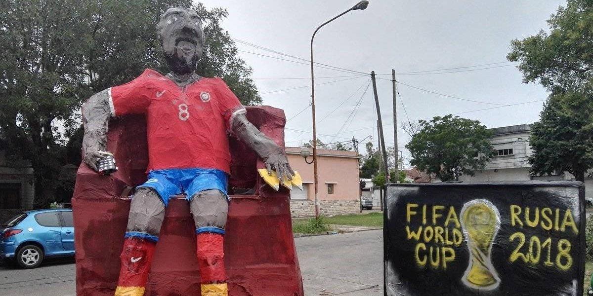 Absurdo: en Argentina quemaron muñeco de Arturo Vidal mirando el Mundial por TV