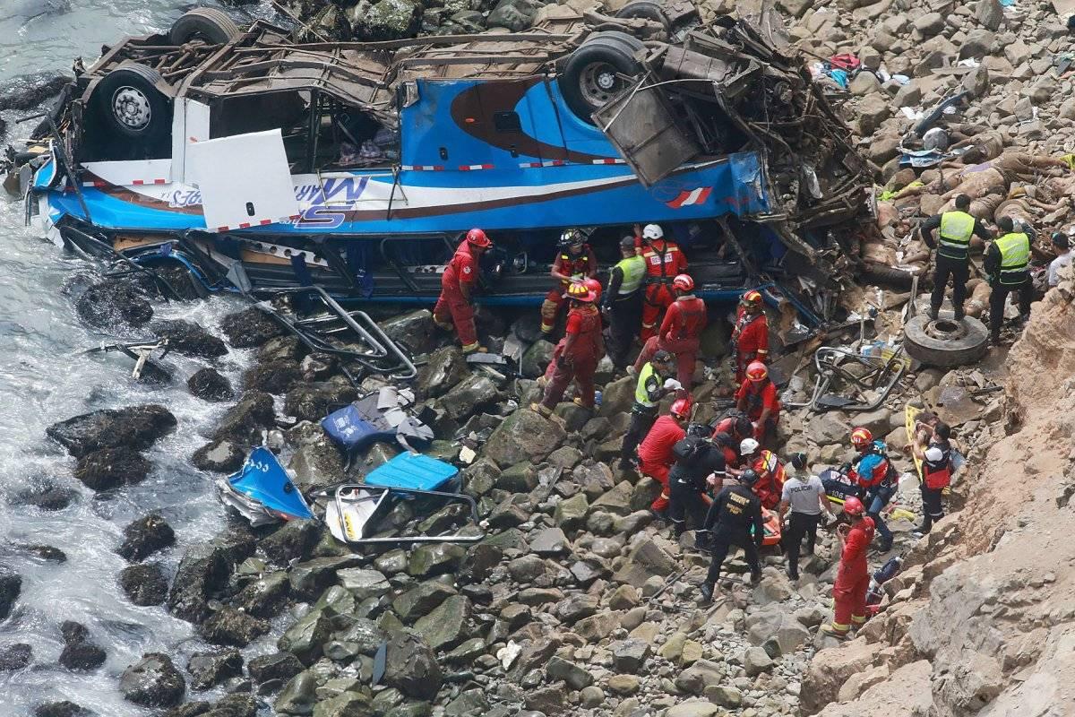 Sube a 36 los muertos por caída de autobús a acantilado en el norte de Lima EFE