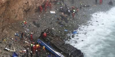 Sube a 36 los muertos por caída de autobús a acantilado en el norte de Lima