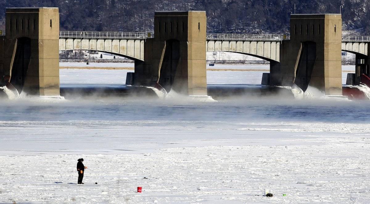 Una persona pesca cerca de las compuertas de una presa en Dubuque, Iowa, el lunes, 1 de enero de 2018. (Nicki Kohl/Telegraph Herald vía AP)