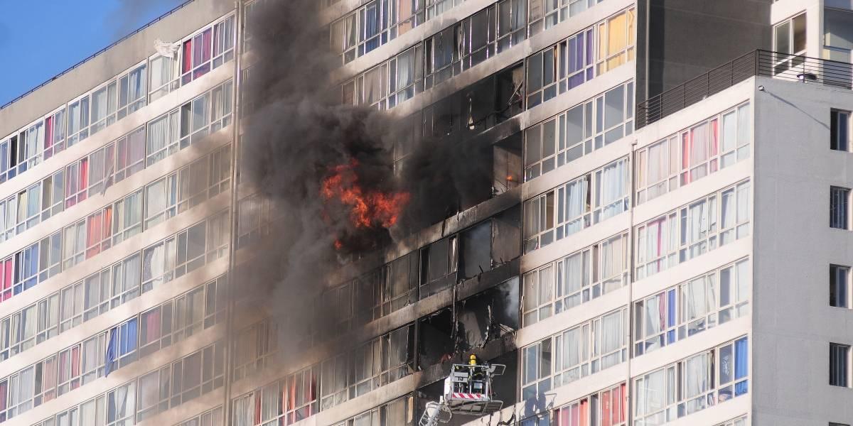 Incendio afectó a siete departamentos y seis pisos de edificio del centro de Santiago